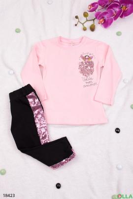 Розовый костюм с черными брюками