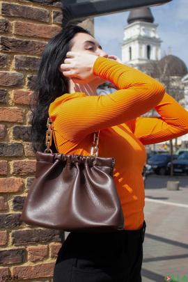 Женская темно-коричневая сумка с ручкой-цепью