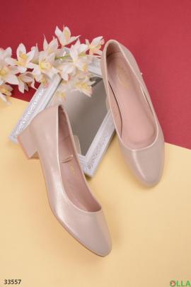 Золотистые туфли на каблуке