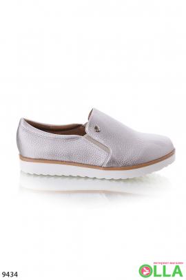 Серебристые спортивные туфли