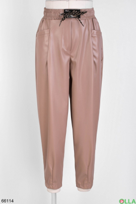 Женские бежевые брюки из эко-кожи
