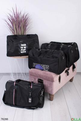 Черная спортивная сумка с принтом