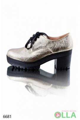 Золотистые туфли на шнуровке