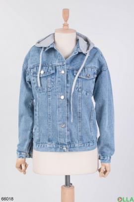 Женская джинсовая куртка с серым капюшоном