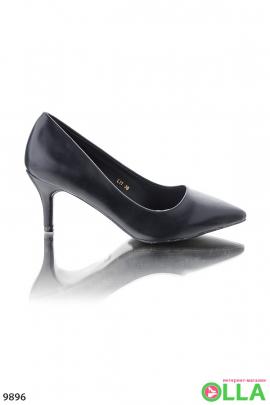 Черные туфли с заостренным носком