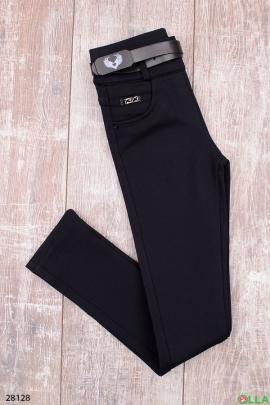 Темно-синие брюки с поясом.